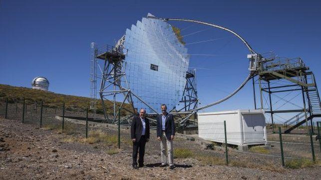 Su Majestad el Rey con el director del IAC, Rafael Rebolo, junto a uno de los telescopios Magic y con el GTC al fondo. Créditos: Antonio González/IAC